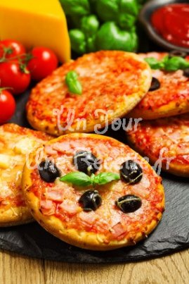 mini pizza ap ritif recette facile un jour une recette. Black Bedroom Furniture Sets. Home Design Ideas